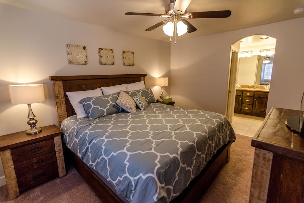 2nd Master Bedroom, King Bed, 46' Flat Panel TV with Netflix