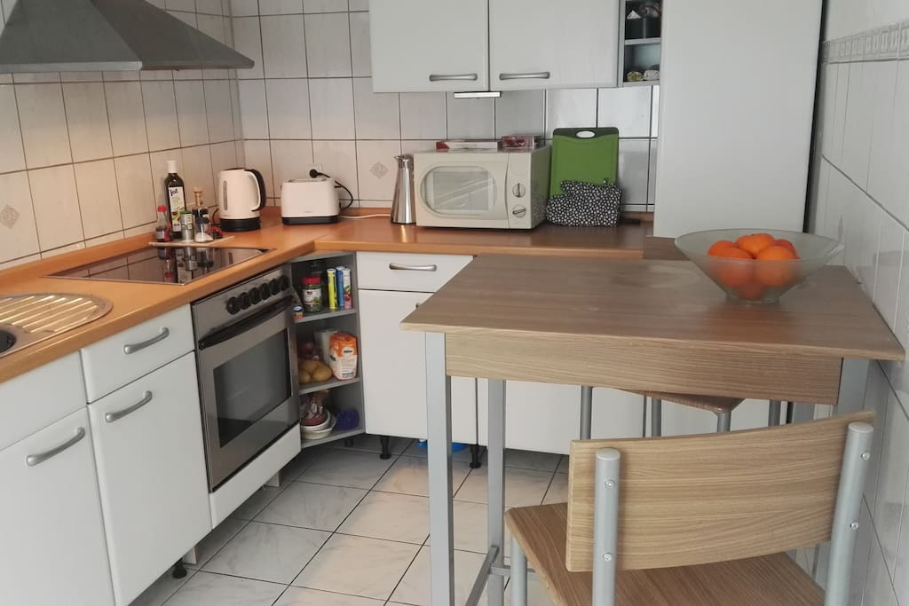 Küche mit kleinem Tisch uns 2 Sitzplätzen
