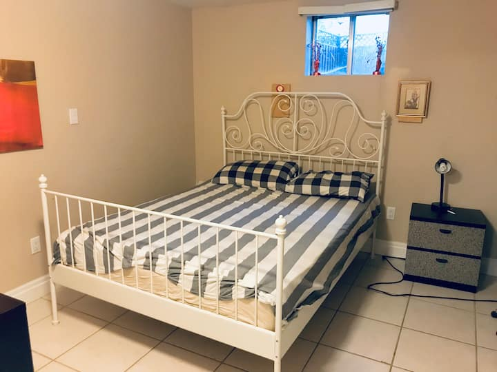 Private bedroom/bathroom in great Mississauga area