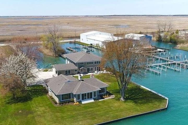Island Cottages located on St Clair River!