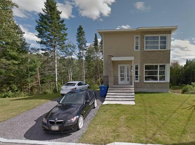 Chambre, salon et sdb privée dans une maison neuve - Ville de Québec