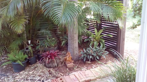 Cool & comfy guesthouse in tropical surroundings