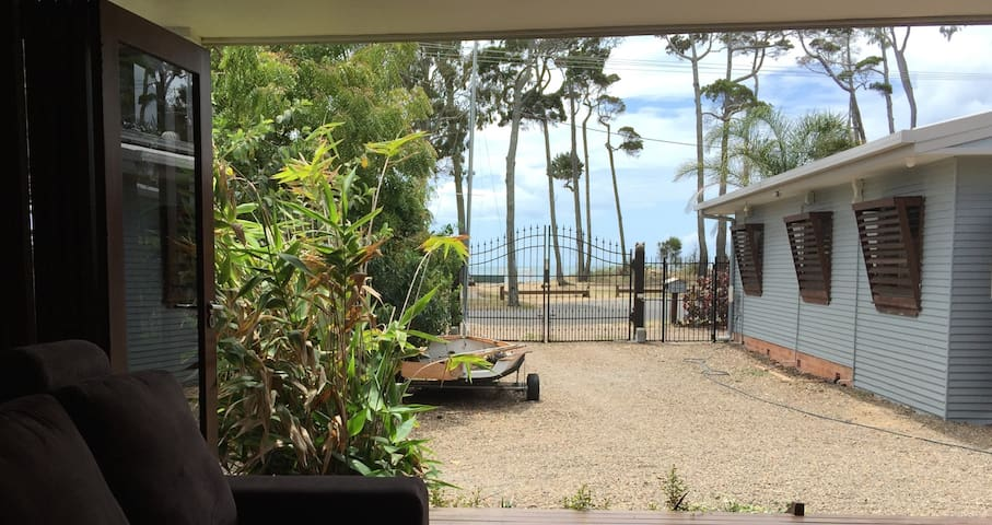Beachside Jungle Cottage - Urangan - Houten huisje