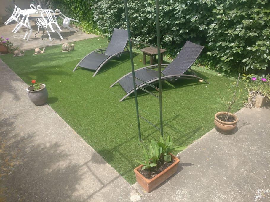 Jardin d'agrément où l'on peut profiter du soleil et de la tranquillité du lieu.