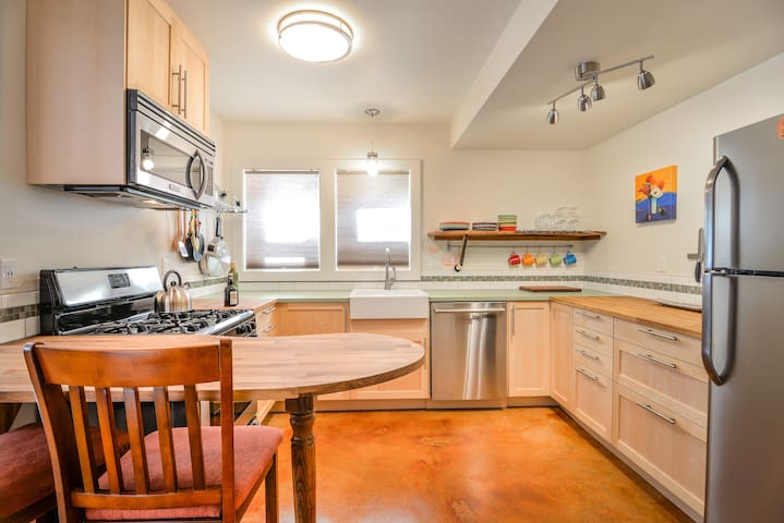 Fabulous, family-friendly 2 bdrm apt in Sellwood