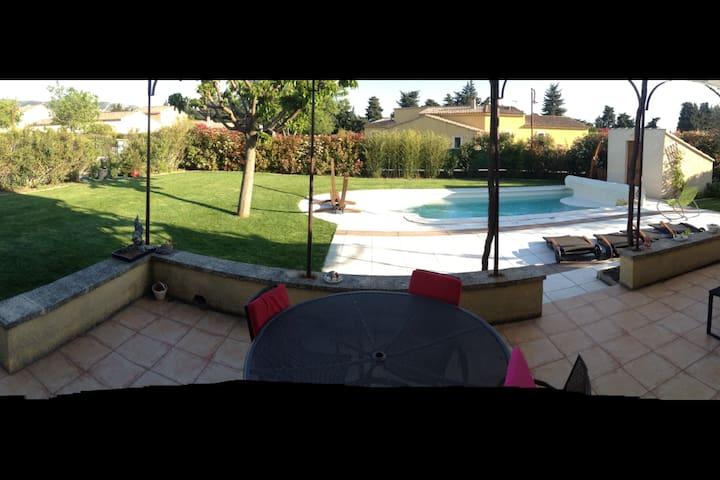 Vue de la maison sur jardin et piscine...le bonheur !