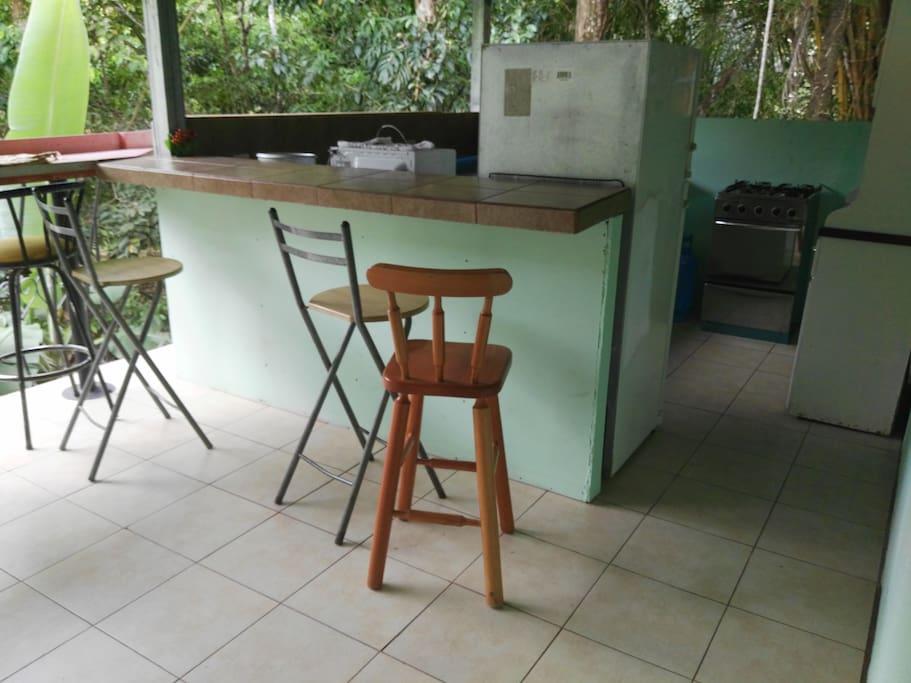 cocina de la casa y pequeño balcon al aire libre