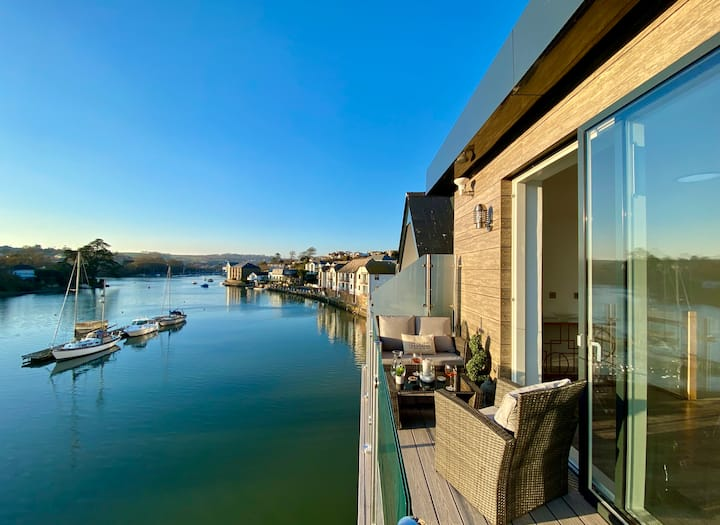 Luxurious waterside 4 bed townhouse, lift,parking