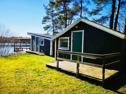 Hytte ved innsjøen med egen brygge