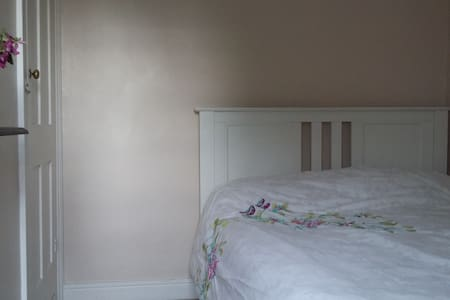 Double bedroom in clean Victorian terrace. - Saint Ives - Casa