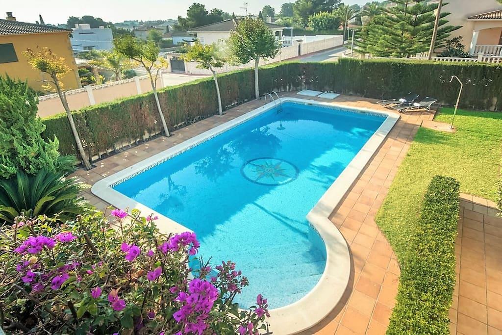R25 preciosa villa con piscina privada comarruga villas for Piscina el vendrell
