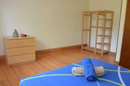 Chambre à coucher double dans maison de campagne