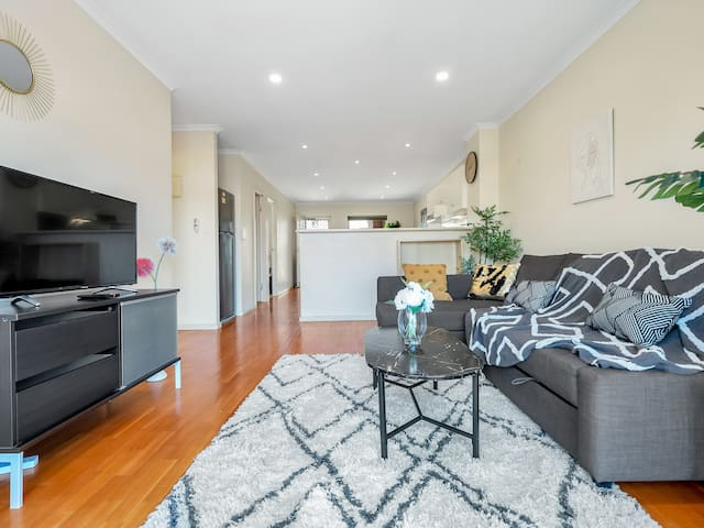 2 BR Stylish CBD Apartment, Free Parking & Wifi