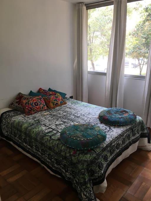 Amplio dormitorio con cama Queen
