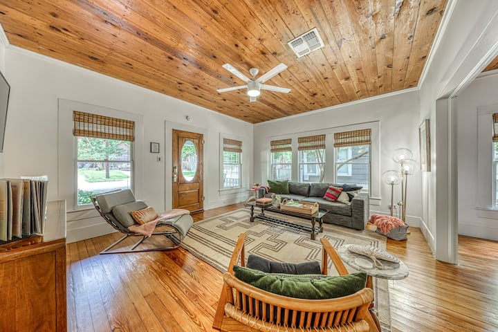 Beautifully decorated bungalow w/ amazing deck - steps to Schlitterbahn/river!