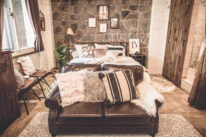 全新皮製沙發擺設,讓您回到家後能夠舒適的在沙發上休息。