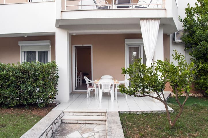 One bedroom apartment with terrace Novalja, Pag (A-3307-a)