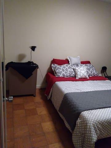 Queen bedroom 3 min from airport