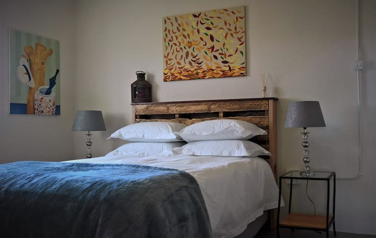 Willow Cottage - Down duvets and crisp linen
