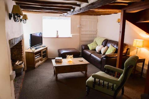 Pike Cottage - Set on the bank of the River Deben