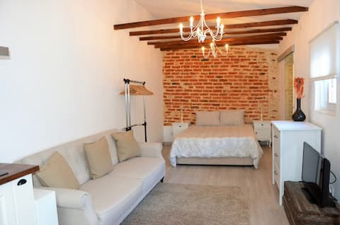 Charming Brick Wall Studio with patio in Belém