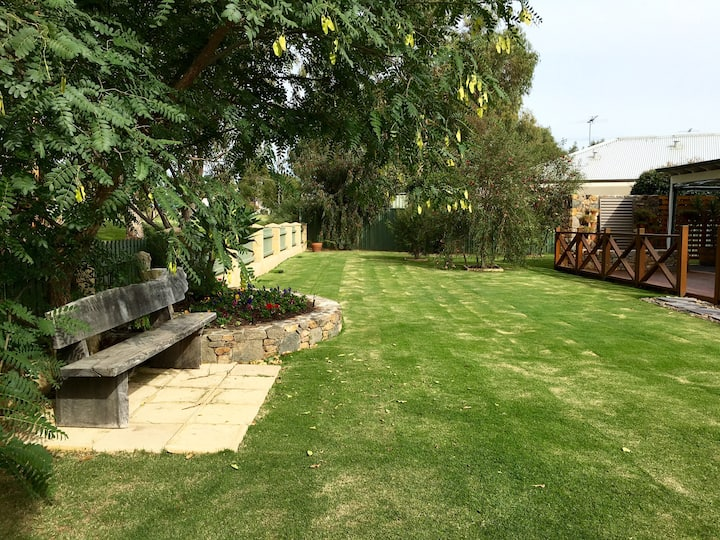 Family home on golf course estate - PET FRIENDLY