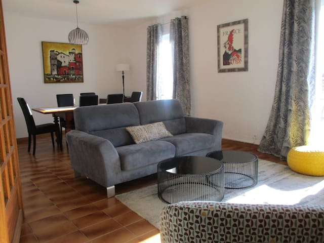 Bright & Spacious in central town Pezenas