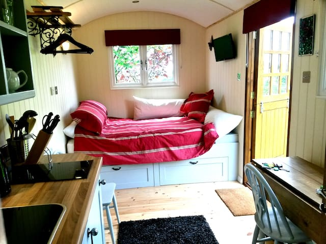 Luxurious Shepherds Hut + Private Garden & Views - Wrotham