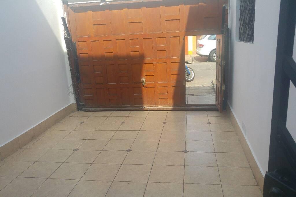 La cochera y la puerta a la calle.