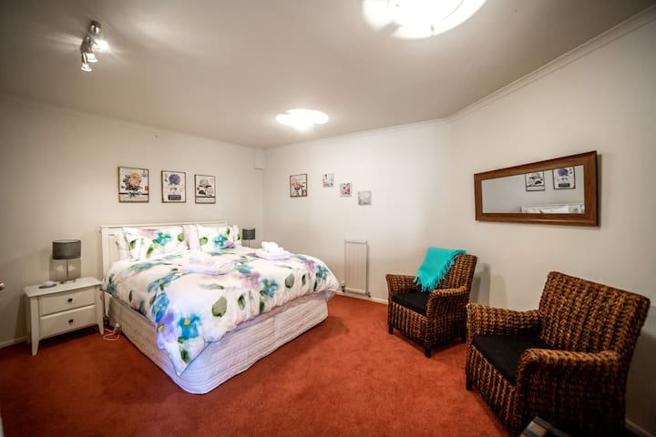 Oamaru House Bed and Breakfast Tui Room