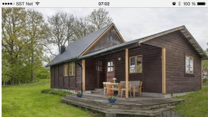 Fritidshus  med lillstuga 20 min från Visby