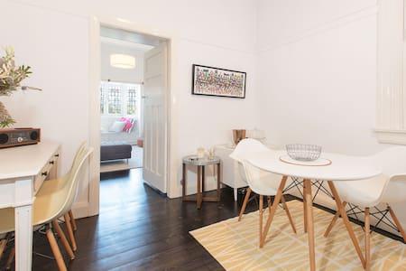Character 1 bed home - ideal North Sydney location - Pohjois-Sydney - Huoneisto