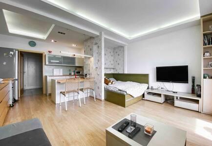 moderní byt s klimatizací, výhledem a obří terasou