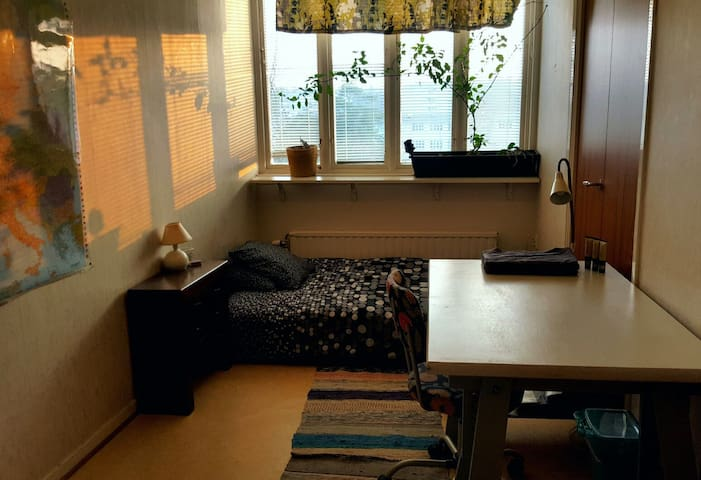 one bedroom in apartment 15 min w tram from city - Gøteborg - Lejlighed
