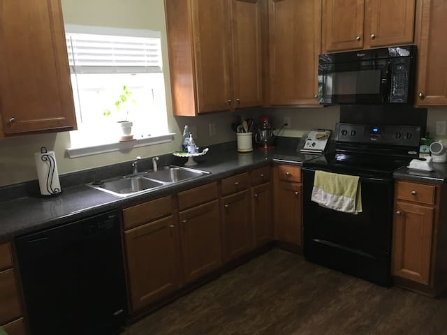 Cozy Affordable Room Near I-85 - Lowell - Hus