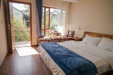 清藏,藏在大理古城内的小院子,二层园景浴缸大床房