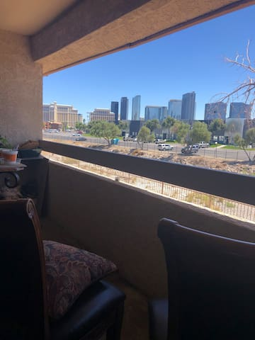 Cozy 1bedroom, 1 block from The Palms. Great View