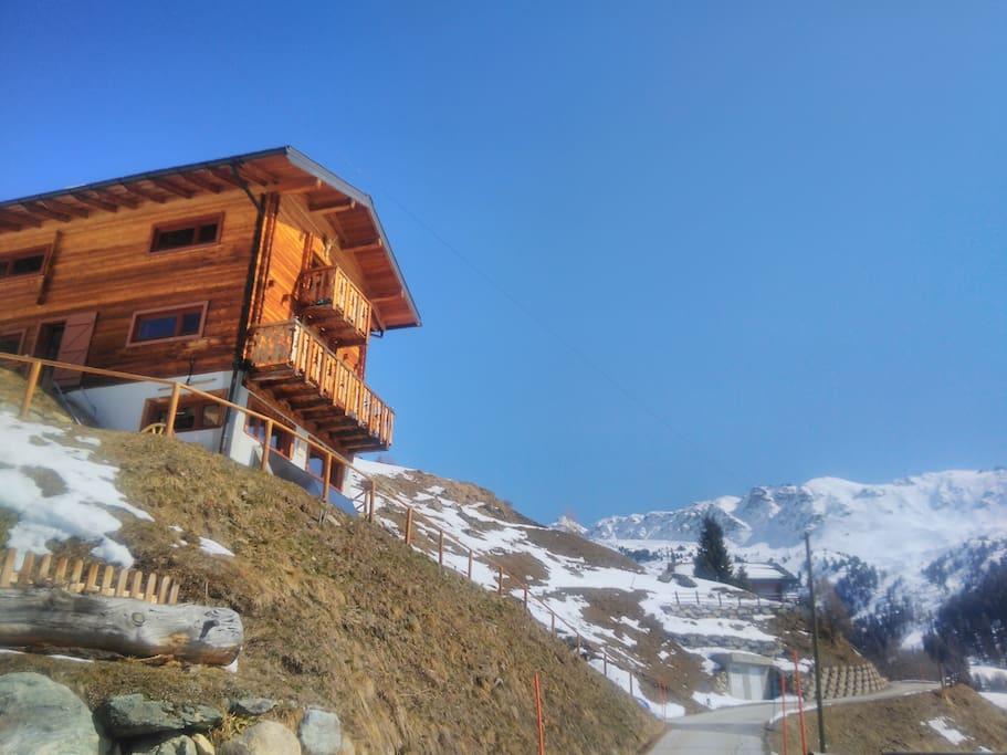 La vue sur le chemin qui mène à l'hôtel Weisshorn perché en haut de la montagne.  Aussi visible est le domaine skiable.