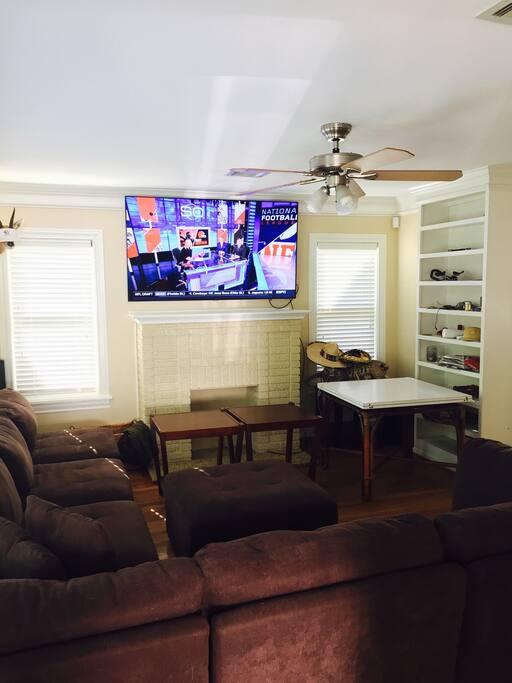 Living room w/large TV