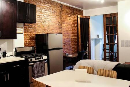 Charming Exposed Brick - 23m to Manhattan - Бруклин