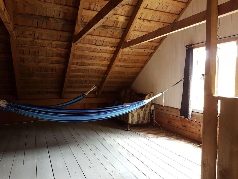 Loftet m hängmattor, sovsäck rekommenderas.