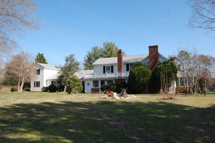 Cozy, quiet country farmhouse, scenic meadow views - Powhatan - Talo