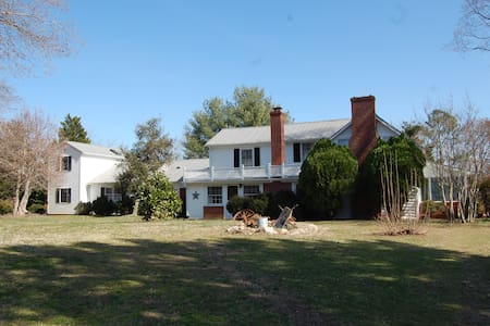 Cozy, quiet country farmhouse, scenic meadow views - Powhatan - 独立屋