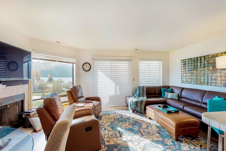 Lakeview condo w/balcony, shared pools/hot tubs & resort amenities