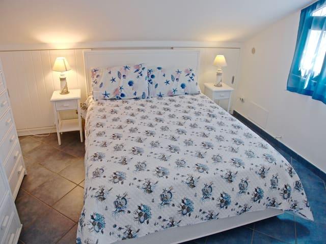 Bedroom 2: king size bed, interior details, wardrobe.  Camera da letto 2: letto matrimoniale, dettagli interni, guardaroba.