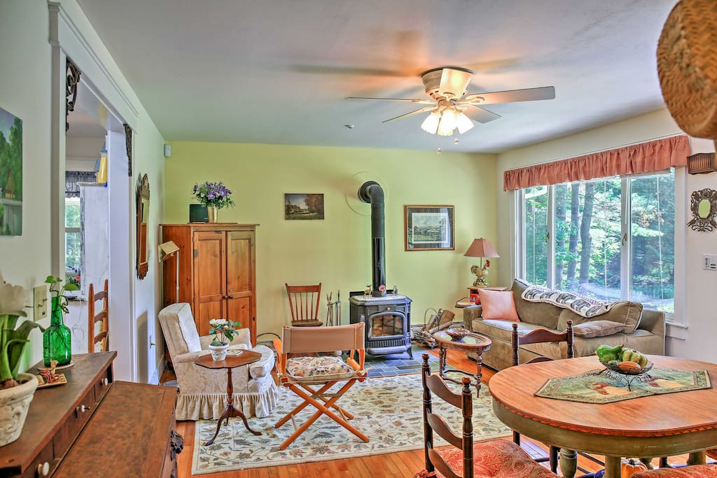 The living room features comfortable furniture and a dining table set for 4.