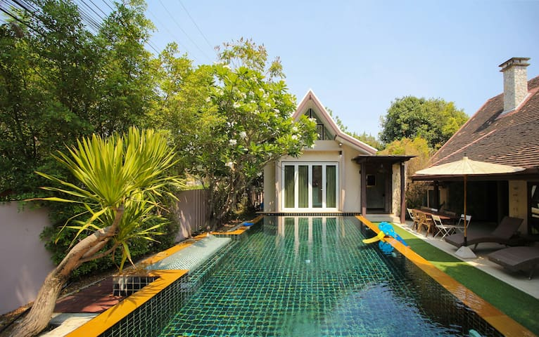 Luxury vacation home of 4br 5 bathroom super pool