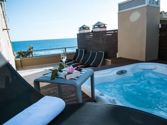 APARTMENT AT THE BEACH WITH SOLARIUM AND JACUZZI
