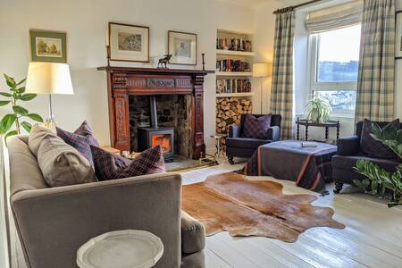 Central Hawick, cosy stylish flat with log burner.
