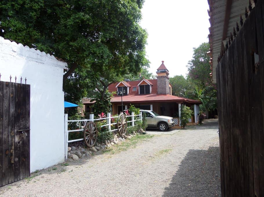 Esta es la puerta principal a tu estancia; al fondo se encuentra el Bungalow detrás de la casa principal.